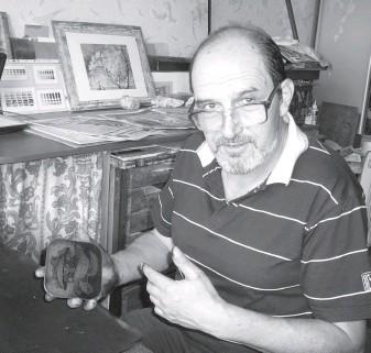 ??  ?? Художник демонструє підготовлену до друку форму-матрицю з міді.