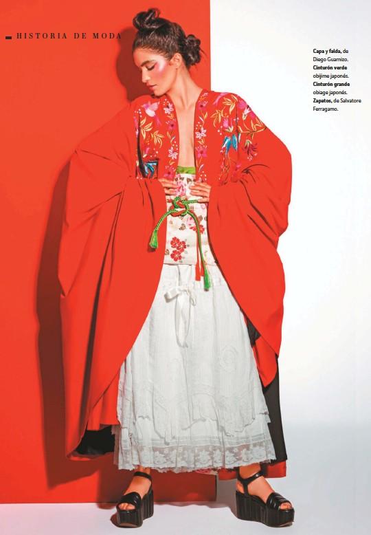 ??  ?? Capa y falda, de Diego Guarnizo. Cinturón verde obijime japonés. Cinturón grande obiage japonés. Zapatos, de Salvatore Ferragamo.