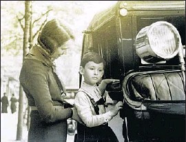 ?? The Nichols Family ?? A YOUNG Mike Nichols with his mother. His family immigrated to U.S. in 1939.