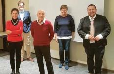 ?? Foto: Helmut Lenzgeiger ?? Die neue alte Führungsmannschaft des Sozialfonds Adelsried: (von links) Monika Kopp, Ludwig Lenzgeiger, Dr. Michael Raschke, Hannelore Zirch und Bürgermeister Sebastian Bernhard.