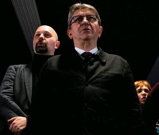 ??  ?? Dans l'ombre. Thomas Guénolé derrière le leader de La France insoumise, Jean-Luc Mélenchon, le 28 mars, en meeting à Saint-Brieuc.