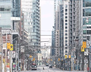 ?? R.J. JOHNSTON TORONTO STAR FILE PHOTO ?? A vacant Bay Street in April 2020. More than a year and a half after the first stay-at-home order, Toronto office foot traffic is only at 86 per cent of pre-pandemic levels, according to a new index.