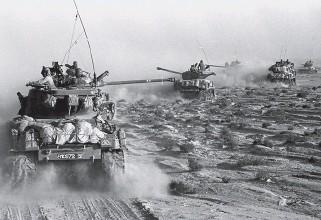 ?? Bilder: AP ?? Israeliska soldater på väg att inta den jordanska delen av Jerusalem. General Moshe Dayan på en pressträff i Tel Aviv. Israeliska pansarfordon under erövringen av Sinai.