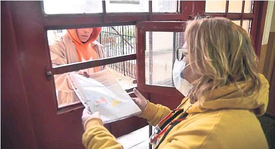 ?? PEDRO CASTILLO ?? CON FOTOCOPIAS. En un Ipem de la ciudad de Córdoba, alumnos dejando una vez por semana las tareas en fotocopias, en la puerta, durante la virtualidad educativa.