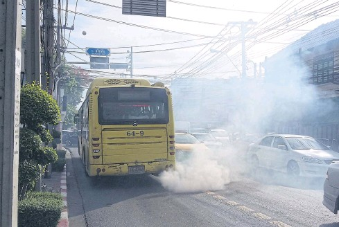 ?? BANGKOK POST PHOTO ?? A bus belches filthy engine fumes in Bangkok's Dusit district. Air pollution is a major health risk for city people.