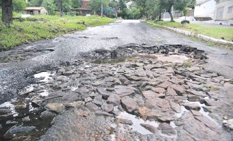 ??  ?? En Tape Tuja y Pedro Céspedes se puede ver destrozado hasta el empedrado que yacía debajo del asfalto.