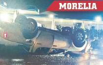 ??  ?? Sólo fueron daños materiales; los pasajeros están ilesos.