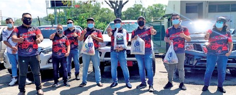 ??  ?? Supian (third right), Suhaimi (fourth right) and members of MAS and MAS Truckers gathered with the food and cash assistance before taking off to visit the homes of the Sabah veteran artists in need around the city area.