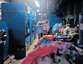 ?? FOTO PRENSA LIBRE: ANA LUCÍA OLA ?? Gran cantidad de ropa se acumula en el área de lavandería del Hospital General San Juan de Dios cuando no funcionan las calderas.