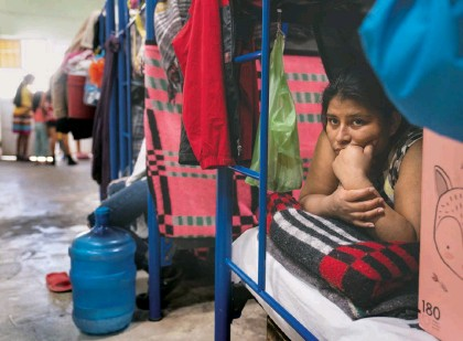 ?? MICHAEL Robinson Chavez/the WASHINGTON POST ?? Migrants, mostly from Central America, stay at the Good Samaritan shelter in Ciudad Juárez, Mexico, last month. The country is limiting the number of families it will allow back, forcing the United States to accept most of them.