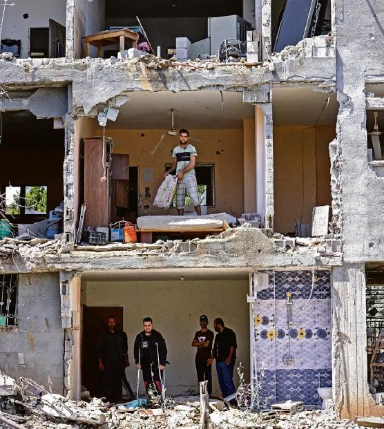 ?? Foto: AFP ?? Mehr als 600 Ziele hat die israelische Armee im Gazastreifen bombardiert: Palästinenser inspizieren zerstörte Wohnungen am 14. Mai.
