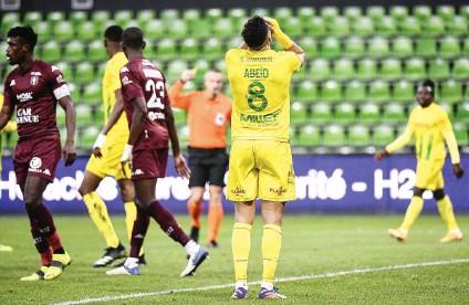 ??  ?? Le milieu de terrain nantais Mehdi Abeid se prend la tête dans les mains lors de la défaite de Nantes sur le terrain de Metz (0-2), dimanche.