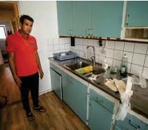 """?? FOTO: CLAUDIO BRITOS ?? FRÄSCHAT UPP. Jaafar Kadhim har köpt blåa, begagnande skåpluckor själv, för att försöka göra köket lite finare. """"Jag försöker städa och hålla det så fräscht jag kan""""."""