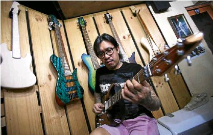 ??  ?? Musician Jonathan dela Cruz tries out one of his creations