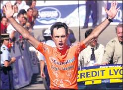 ??  ?? Roberto Laiseka celebra su victoria en Luz Ardiden en 2001.