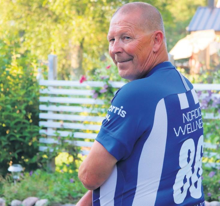 ??  ?? Förre tränaren Hans-Åke Öhgren i adepten Pontus Wernblooms tröja.