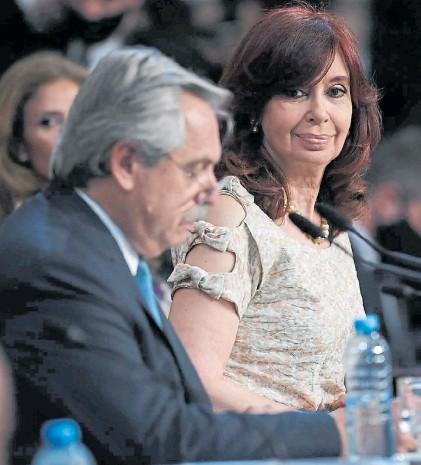 ?? PRENSA SENADO ?? Socios. Alberto Fernández habla, Cristina mira, el lunes, durante su alegato en el Congreso.