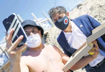 ??  ?? Kicillof está recorriendo puntos turísticos en la evaluación de la pandemia en temporada.