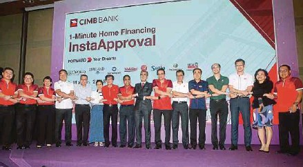 ?? PIC BY AMIRUDIN SAHIB ?? CIMB Group Holdings Bhd's group chief executive Tengku Datuk Seri Zafrul Tengku Abdul Aziz (eighth from right) at the launch of the 1-Minute Home Financing plan in Kuala Lumpur yesterday.