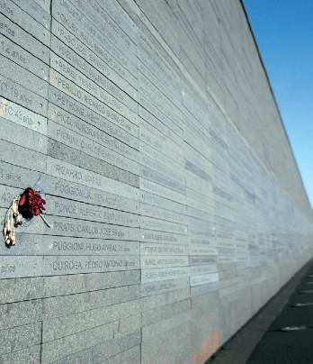 ?? VICTOR R. CAIVANO/AP ?? Parque de la Memoria. Víctimas del terrorismo de Estado: controversia por el período considerado.