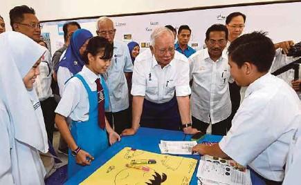 ?? BERNAMA PIC ?? Prime Minister Datuk Seri Najib Razak visiting a classroom during a walkabout at SK Pekan Telipok and SMK Pekan Telipok in Kota Kinabalu on Friday.
