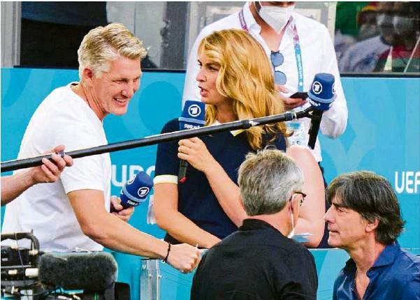 ?? Foto: imago-images.de ?? Das Expertentum ist gefragt: Bastian Schweinsteiger mit Jessy Wellmer – und Bundestrainer Jogi Löw