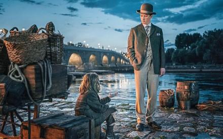 ??  ?? Jannis Niewöhner als Felix Krull an der Pariser Seine, die hier von der Donau in Regensburg mit der steinernen Brücke gespielt wird. F: Warner