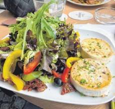 ?? FOTO: NYF ?? Ebenso üppig wie schmackhaft: der Salatteller mit gebratenem Ziegenkäse im Ravensburger Kupferle.