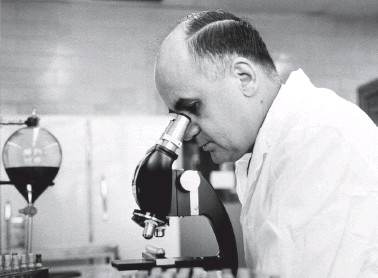 ?? ASSOCIATED PRESS ?? Maurice Hilleman at the Merck Institute of Therapeutic Research in West Point, Pa., in March 1963.