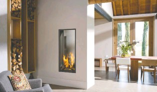 ?? PHOTOS COURTESY OF NORÉA FOYERS L'ATTISÉE ?? A vertical tunnel gas fireplace provides an interesting focal point and adds a contemporary touch to this cosy corner.