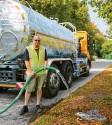?? Foto: Peter Fastl ?? Thomas Kraus vom Grünamt präsentiert das neue Gießfahrzeug.