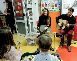 ??  ?? Solidali Greta Marcolongo e Roberto Tubaro con i piccoli pazienti