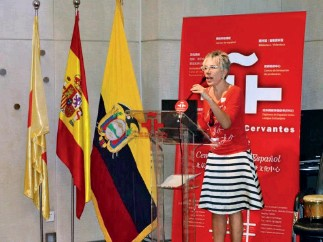 ??  ?? Inma González hace un discurso en el Instituto Cervantes en Beijing en el Día del Español.