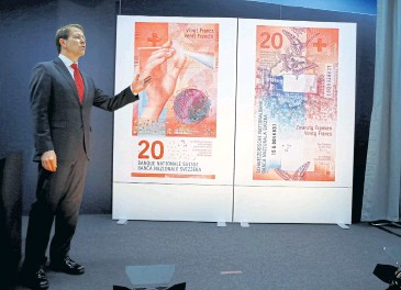 ?? REUTERS ?? Fritz Zurbruegg, deputy chairman of Swiss National Bank, unveils the new 20-franc banknote during a presentation in Bern on Wednesday.