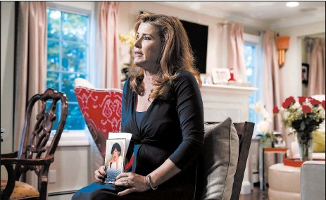 """?? FRANK FRANKLIN II/AP ?? Dawn Best holds a photo of her mother, Carolyn Best, who went from """"unbelievably cared for to dead in three weeks"""" at a New York nursing home."""