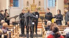 ?? FOTO: HELMUT VOITH ?? Eindringlich singen die Solisten unter Nikolaus Henseler den Zyklus. Von links Isabelle Métrope, Julia Werner, Philipp Nicklaus, Nikolai Ott, Malte Fial, Nikolaus Fluck und Marius Sauter.