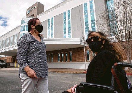 "?? Godofredo A. Vásquez / Staff photograph­er ?? Liza Fisher, right, and her mother, Ann, showed up Monday for an appointmen­t at the Heights Hospital only to find out the doors were locked. Liza Fisher visits the clinic to receive care for post-virus symptoms. ""I don't know what I'll do,"" she says."