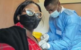 ??  ?? Noluvuyo Coka-Magasana (front) is given the vaccine by Bongani Nxumalo.