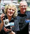 ??  ?? Gerdi und Dieter Wiegleb aus Auleben präsentieren Holunderwein.