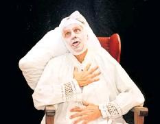 """?? FOTO: DIETER HERRMANN ?? Das Ensemble der Kleinen Bühne Michendorf spielt das Stück """"Der eingebildete Kranke"""", drei weitere Aufführungen sind Ende Dezember."""