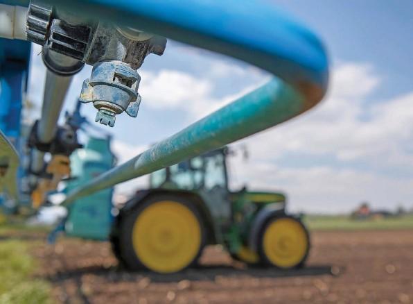 ?? Foto: Beat Mathys ?? Am Berner Pflanzenschutzprojekt haben sich im vergangenen Jahr über 3000 Landwirtinnen und Landwirte beteiligt. Vor den Abstimmungen am 13. Juni 20 210 wollen sich die leitenden Behörden nicht politisch exponieren.