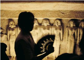 ?? NA­RI­MAN EL-MOFTY/THE AS­SO­CI­ATED PRESS ?? A tourist ob­serves the tomb that be­longs to Queen Mere­sankh III at the Giza Pyra­mids, near Cairo. The past month saw a 40-per-cent drop in tourists to Egypt.