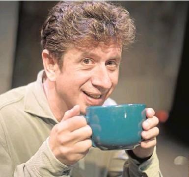 ??  ?? El actor, a punto de tomarse una sopa miso, su debilidad