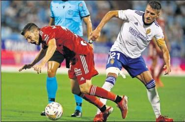 ??  ?? Zapater, capitán del Real Zaragoza, derriba a Gallar en una acción del partido.