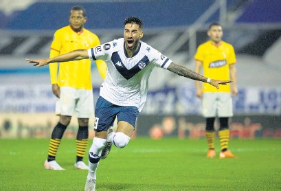 ?? NA ?? Lucero inicia el festejo de su gol en el estadio de Liniers.