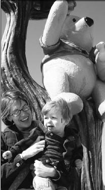 ?? MICHAEL MUNNIK ?? Katie Munnik, son Leo meet Winnie the Pooh in White River, Ont.