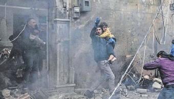 ??  ?? Personas evacúan a niños del lugar de la explosión en la ciudad de Azaz, en la región norte de Siria, controlada por los rebeldes, donde actúan también grupos islámicos extremistas.