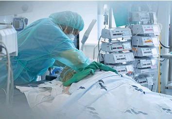 ?? 20MIN/FRANÇOIS MELILLO ?? Covid-Patient in der Intensivstation eines Spitals.