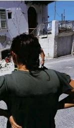 ??  ?? Un edificio danneggiato dal sisma a Casamicciola (Ischia). In basso a sinistra, il salvataggio di uno dei tre bambini rimasti sotto le macerie. In basso a destra, il sindaco di Napoli Luigi de Magistris e, in secondo piano, il governatore della...