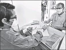 ?? Enrique pesantes / el comercio ?? • Ayer, un médico municipal realizaba el control médico antes de entregar la primera dosis a un paciente.